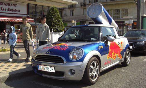 Une voiture publicitaire Redbull