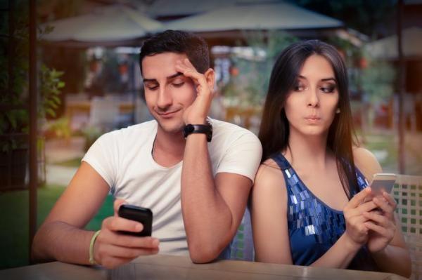 petit ami qui aime la technologie
